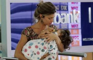 Grazi Massafera embarca em São Paulo com sua filha, Sofia, dormindo em seu colo