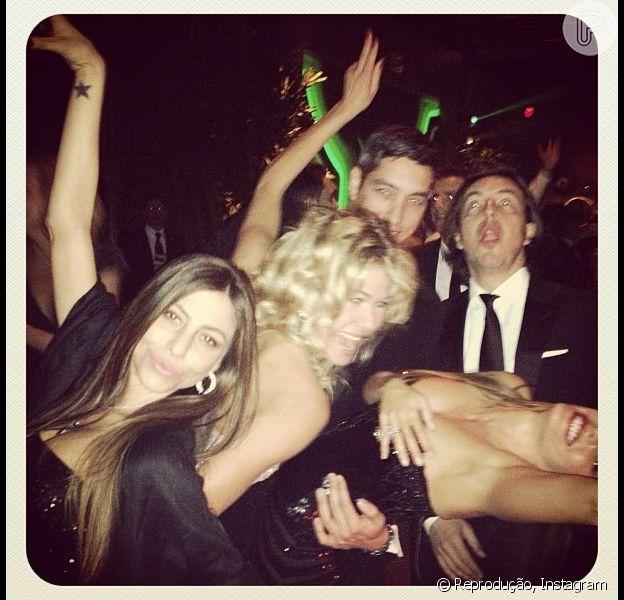 Sofia Vergara segura o vestido para não mostrar demais ao lado do elenco de 'Modern Family' na festa pós-Globo de Ouro, em 13 de janeiro de 2013