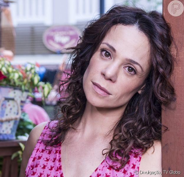 Juliana (Vanessa Gerbelli) tem um surto e tenta raptar uma criança no calçadão do Leblion, em cena da novela 'Em Família', em fevereiro de 2014