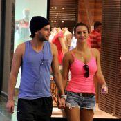 Rafael Almeida caminha de mãos dadas com loira, mas nega namoro: 'Minha amiga'