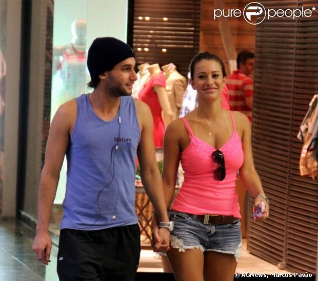 Rafael Almeida caminha de mãos dadas com loira em shopping do Rio, em 14 de janeiro de 2013