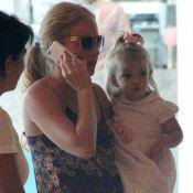 Angélica brinca com a filha, Eva, em shopping acompanhada de seis seguranças