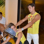Loira e recém-casada, Carol Castro ganha massagem do marido em camarote na Bahia