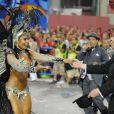 Boni termina o desfile da Beija-Flor ao lado de Raissa Oliveira, rinha de bateria da escola de samba