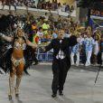 No fim do desfile da Beija-Flor, Boni juntou à rainha de bateria, Raissa Oliveira