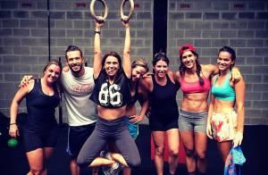 Bruna Marquezine exibe barriga sequinha após malhar com Giovanna Antonelli