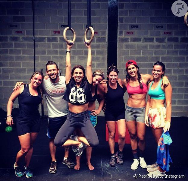 Bruna Marquezine exibe barriga sequinha ao lado de Giovanna Antonelli e amigos em treino de Crossfit