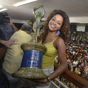 Emocionada, Juliana Alves comemora título na quadra da Unidos da Tijuca