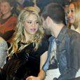 Shakira, com barrigão, e Gerard Piqué prestigiam evento internacional
