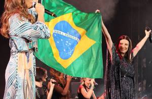 Ivete Sangalo e Laura Pausini seguram bandeira do Brasil durante show em NY