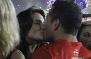 Casais famosos beijam muito durante desfile das campeãs. Veja fotos!