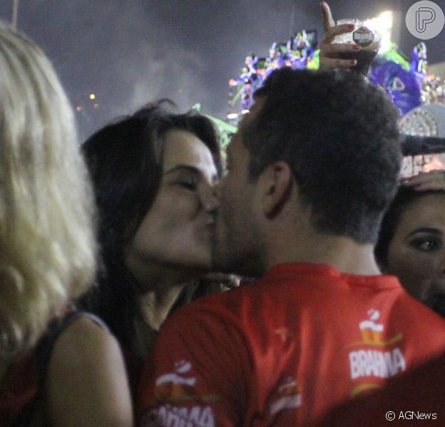 Malvino Salvador e Kyra Gracie se beijam durante o desfile das campeãs, em 9 de março de 2014