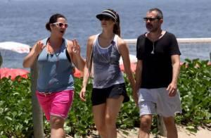 Luana Piovani caminha por praia do Rio, mas evita sol com viseira e óculos