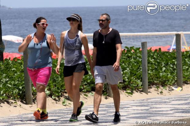 Luana Piovani caminha na companhia de amigos, em Ipanema, na Zona Sul ...