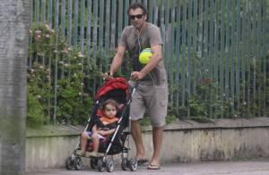 Domingos Montagner leva o filho Dante, de 2 anos, para brincar em parque no Rio
