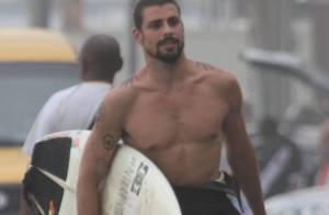 Em dia de surfe, Cauã Reymond exibe corpo tatuado e posa sorridente com fãs