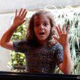 Mel Maia faz graça e cola o nariz no vidro da janela do estúdio, nos bastidores de 'Joia Rara'