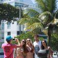 José Loreto recebe o carinho de fãs na orla da praia da Barra da Tijuca, no Rio