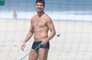 José Loreto exibe corpo em forma e atrai fãs em praia carioca