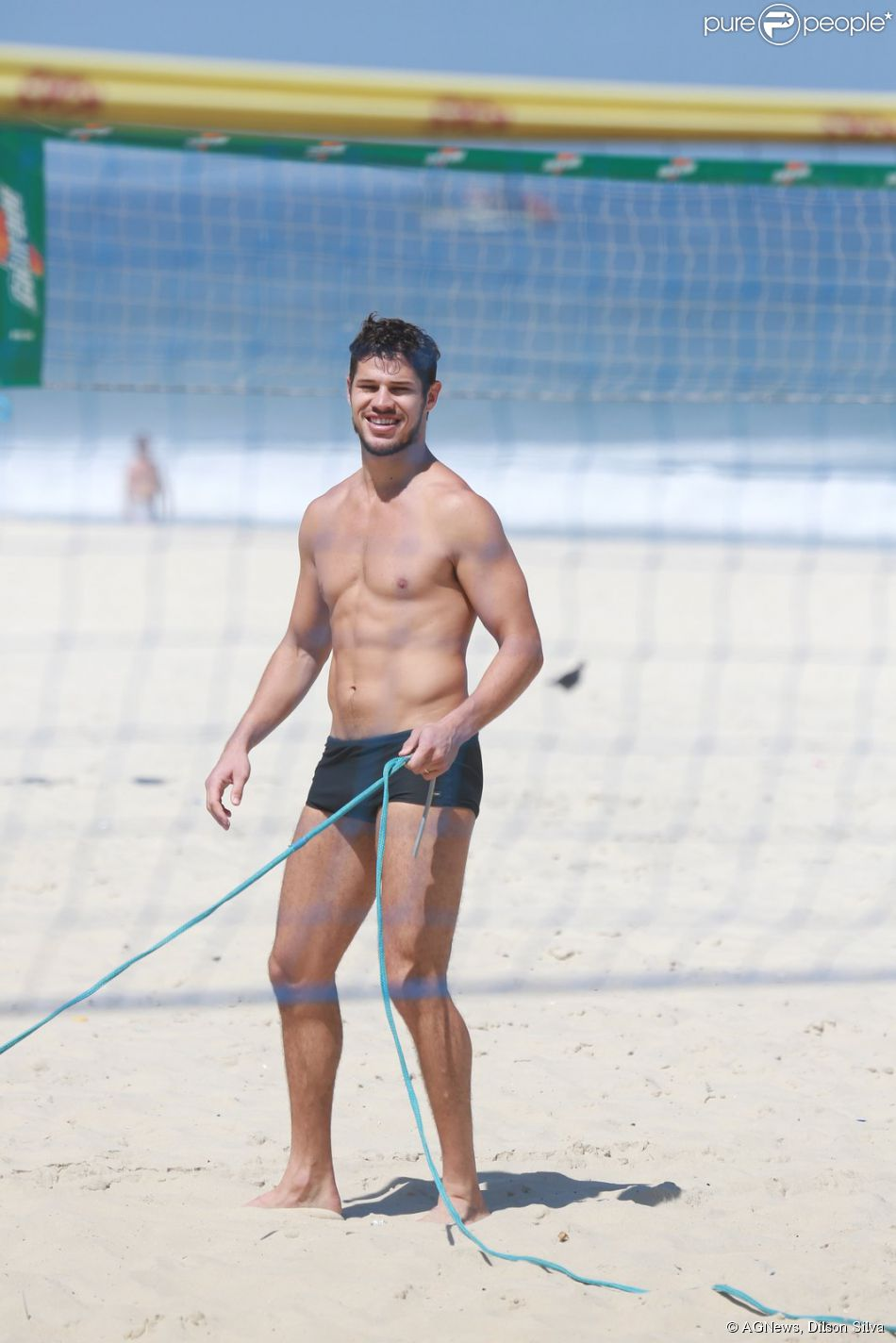 José Loreto mostra corpo em forma na praia da Barra da Tijuca, no Rio de Janeiro, em 7 de abril de 2014