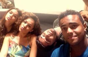 Bruna Marquezine manda beijo com atores em gravação de 'Em Família'