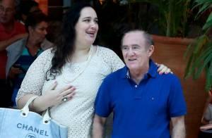Recuperado após infarto, Renato Aragão almoça com a mulher, Lílian, em shopping