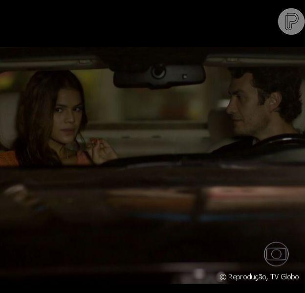 Luiza (Bruna Marquezine) e Laerte (Gabriel Braga Nunes) se beijam no carro no capítulo desta segunda-feira, 14 de abril de 2014, em 'Em Família'