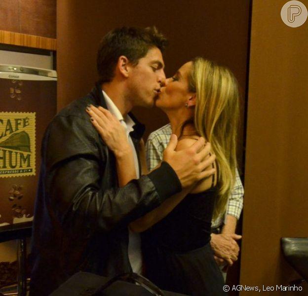 Danielle Winits ganhou o carinho do namorado, Amaury Nunes, na noite de quinta-feira, 24 de abril de 2014, após a estreia de sua peça no Rio