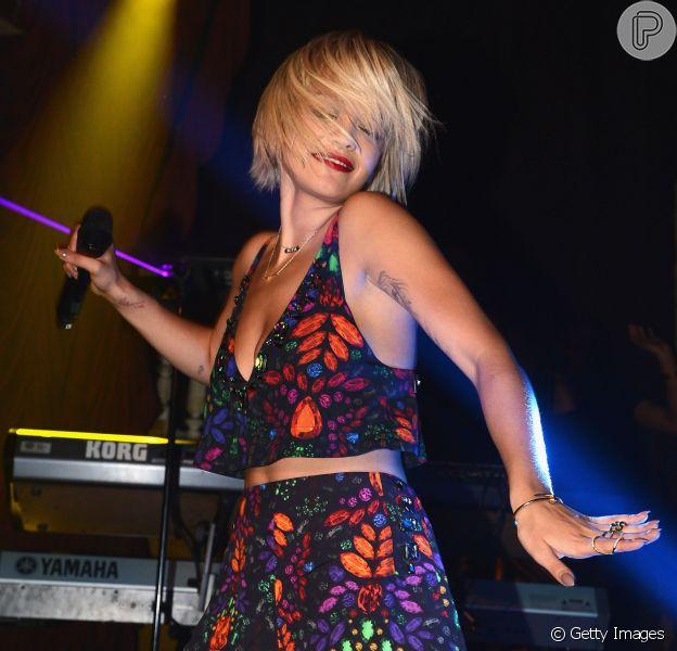 Rita Ora usa look da grife carioca Osklen em show privado em boate de Nova York, em 30 de abril de 2014