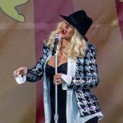 Christina Aguilera exibe barriga de gravidez pela 1ª vez em show de festival