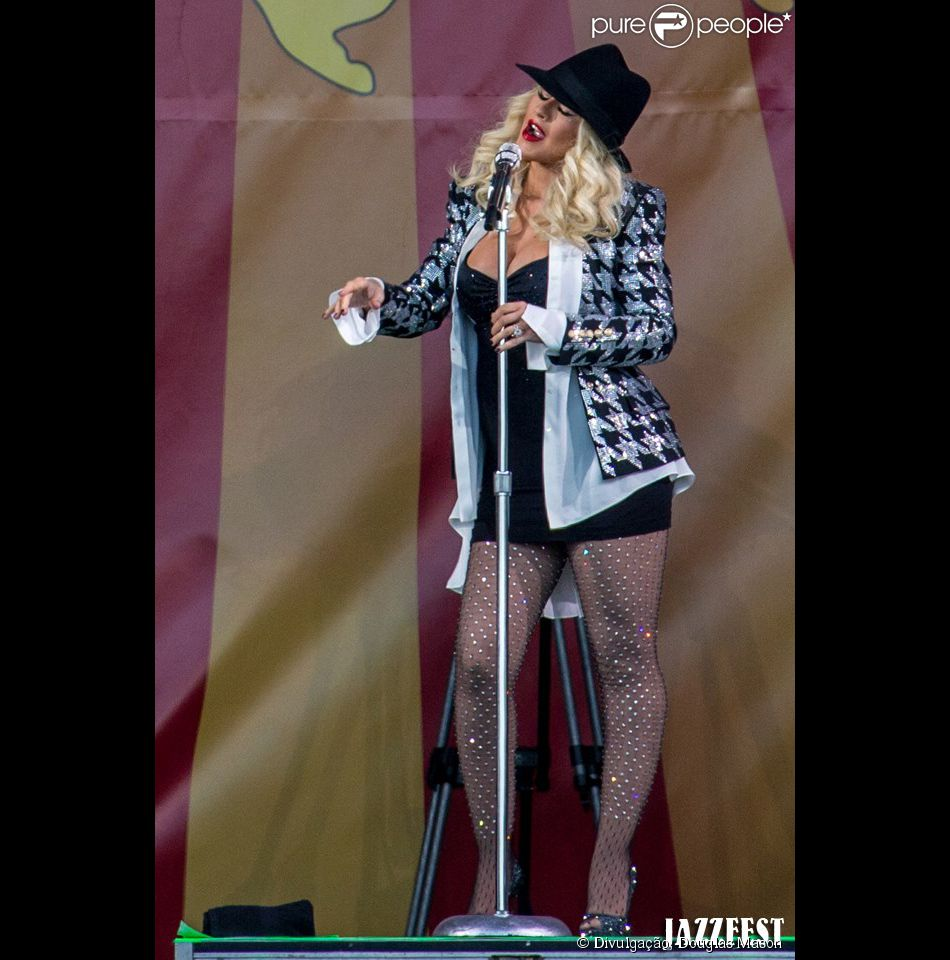 Christina Aguilera acaba com suspense e mostra barriga de grávida no  Festival New Jazz de Nova Orleans, nos Estados Unidos, neste fim de semana
