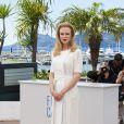 Nicole Kidman usa vestido branco e posa com elegância para fotos no Festival de Cannes