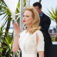 Nicole Kidman manda beijo para o público durante o lançamento do filme 'Grace: A Princesa de Mônaco', em Cannes 2014