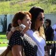 Mulher de Alexandre Pessoal, Daniela Tieko é amparada por amigos no velório do marido