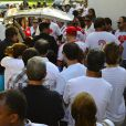 Amigos se despedem de Alexandre Pessoal no velório no cemitério Jardim da Saudade, no bairro de Sulacap, Zona Oeste do Rio de Janeiro