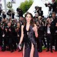 Frederique Bel escolhe vestido cheio de recortes para o Festival de Cannes 2014