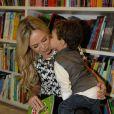 Estilosos, Eliana e seu filho, Arthur prestigiam lançamento de livro, em São Paulo 17 de maio de 2014