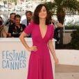 Alice Braga investiu no decote para ir à première do filme argentino 'El Ardor', exibido no Festival de Cannes, em maio de 2014