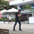 Rodrigo Simas toma café da manhã com amigos após curtir festa de Giovanna Lancellotti, no Rio de Janeiro (22 de maio de 2014)