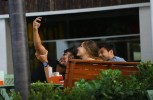 Rodrigo Simas toma café da manhã com amigos após festa de Giovanna Lancellotti