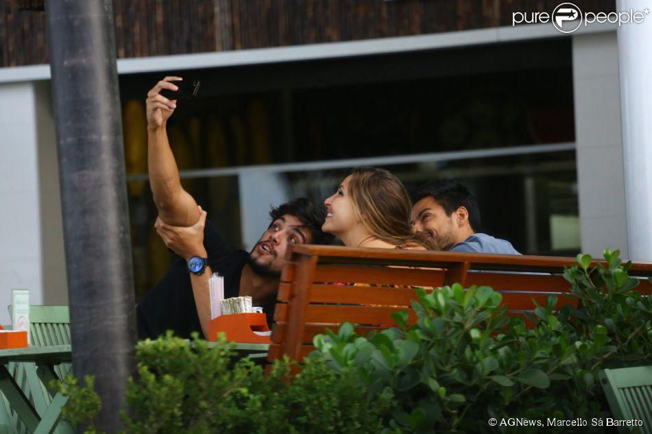 Rodrigo Simas toma café da manhã e faz selfie em padaria (22 de maio de 2014)