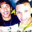 Durante a festa, ele posou para fotos ao lado de amigos como MC Tikão, responsável pelo show da noite