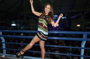 Sabrina Sato não se intimida com frio e deixa pernas à mostra em evento de samba