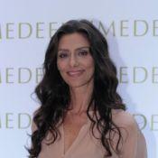 Maria Fernanda Cândido faz aplicação de vitamina no rosto para prevenir rugas