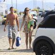 Malvino Salvador e Sophie Charlotte deixam a praia da Barra da Tijuca em junho de 2012