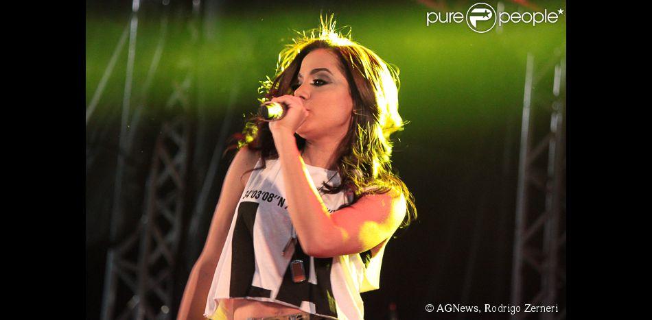 Anitta usa short curto e deixa barriga à mostra em show na cidade de Mauá, em Grande São Paulo, em 7 de junho de 2014