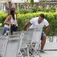 Ronaldo se irrita com as fotos e levanta para ir embora com a namorada