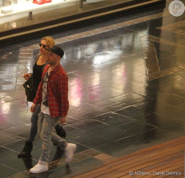 Paulo Gustavo e Fiorella Mattheis aproveitaram folga das gravações de 'Vai que Cola' e passearam juntos no shopping Rio Design, na Barra da Tijuca, Zona Oeste do Rio de Janeiro, nesta quarta-feira, 11 de junho de 2014
