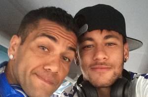 Neymar e Daniel Alves usam brincos de brilhante avaliados em R$ 20 mil o par