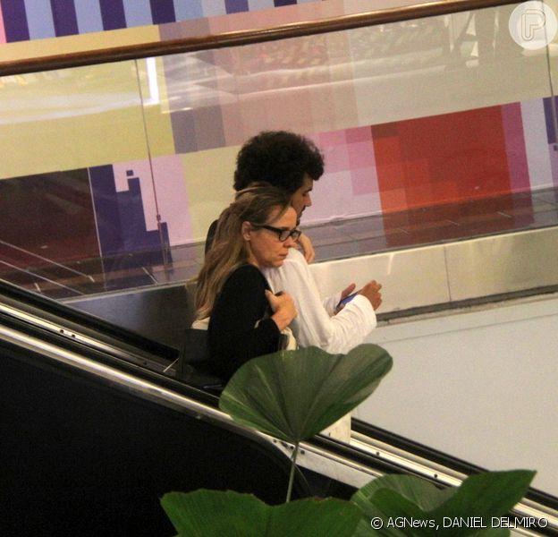 Giulia Gam faz passeio com o namorado, Flávio Abreu, e exibe cabelo maior (14 de junho de 2014)